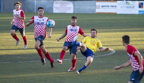 Adrià defensa la pilota davant la pressió d'un jugador del Vila-seca.