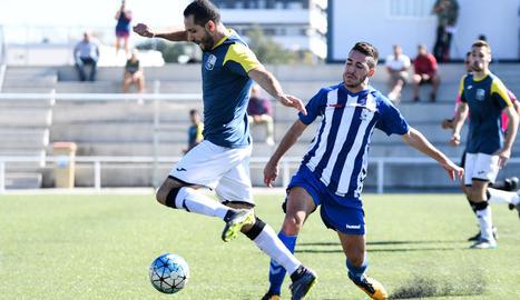 Un jugador del Borges intenta controlar la pilota davant la presència de diversos jugadors del San Cristóbal.