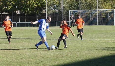 Una acció del partit que van disputar ahir l'Artesa de Lleida i el Les.