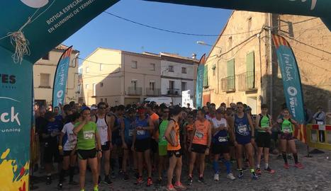 A la imatge, els atletes instants abans de començar la sortida de la Cursa del Dúgol a Algerri.