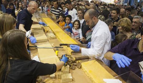 Torrons Vicens va repartir dos barres gegants de torró de 250 kg cada una entre milers de persones.