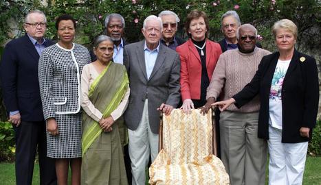 Els exlíders mundials membres de The Elders posen amb la cadira buida que va deixar Nelson Mandela.