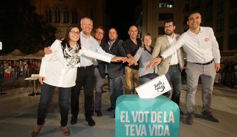 Forné, segon per l'esquerra, a l'acte central de Junts pel Sí a Lleida a la campanya electoral.