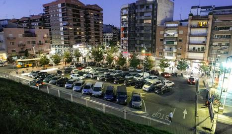 La zona blava de davant de l'Auditori, amb 52 places, registra una alta ocupació i rotació.