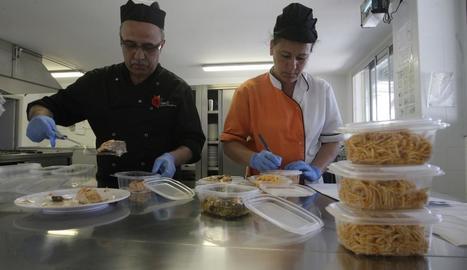 Imatge d'arxiu d'un dels col·legis que donen menjar cuinat de més al menjador.