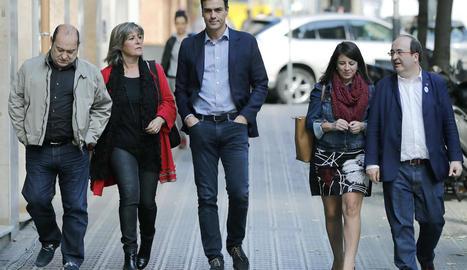 Sánchez i Iceta ahir a l'arribar a la seu del PSC per fer una reunió extraordinària.