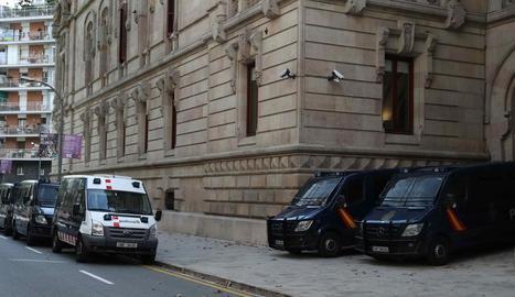 Furgons dels Mossos i la Policia a l'Audiència de Barcelona.