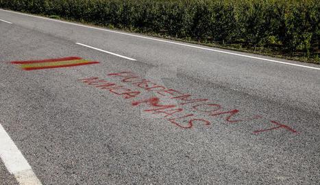 La pintada contra Puigdemont a la carretera de Vallmanya.