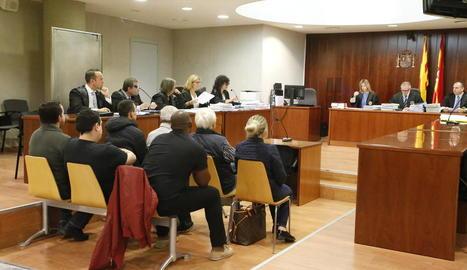Els set acusats, ahir al banc de l'Audiència Provincial de Lleida.