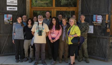 Els participants en l'anellatge d'aus a Utxesa (a l'esquerra) i en el que es va portar a terme a Rufea (a la dreta).