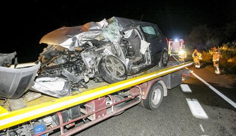 Imatge del cotxe en el qual viatjava l'home mort a la Sentiu de Sió.