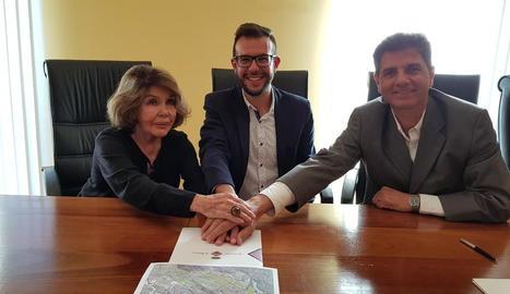 La impulsora del projecte, l'alcalde de Bossòst i un representant de Green Project, amb el conveni.
