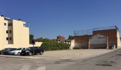 Solar a punt per a les obres - El solar ubicat al carrer Borges del Camp es troba en el número 33 i té una extensió de 1.460,20 metres quadrats. S'utilitza com a estacionament, però està llest per abordar les obres.