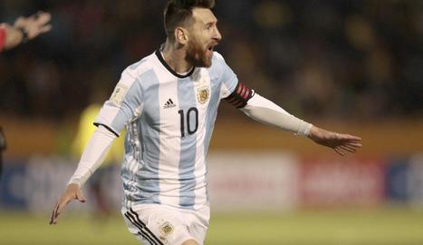 Leo Messi celebra un dels tres gols que ahir va endossar a Equador i que van valer la classificació.