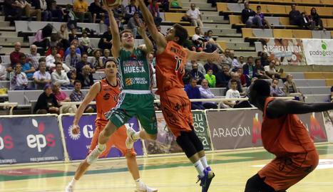 Rubín de Celis intenta tapar una acció de Pablo Pérez.
