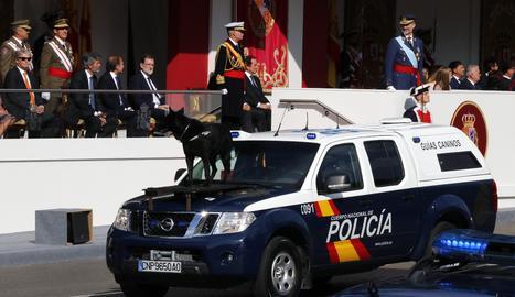 Vista de la zona de autoridades durante el desfile, con el rey Felipe a la derecha.