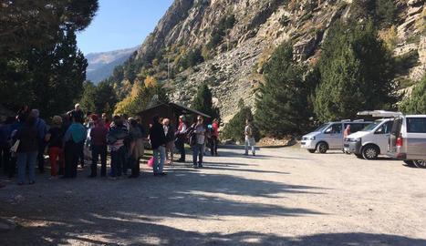 Un grup de turistes, ahir, a l'entrada del Parc Nacional d'Aigüestores, a la vall de Boí.