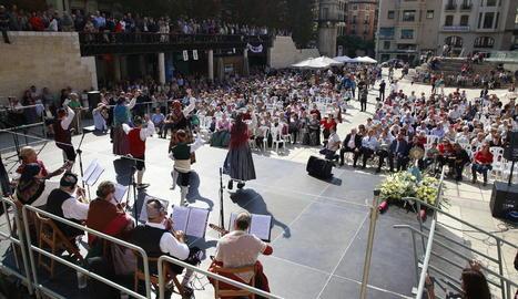 Un moment del festival de jotes d'ahir a la plaça Sant Joan, a càrrec del grup Raíces de ZA-HU-TE.