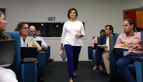 La vicepresidenta, Soraya Sáenz de Santamaría, es dirigeix a la roda de premsa a la Moncloa.