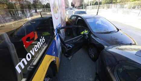 Així va quedar la porta després de l'impacte amb el bus.