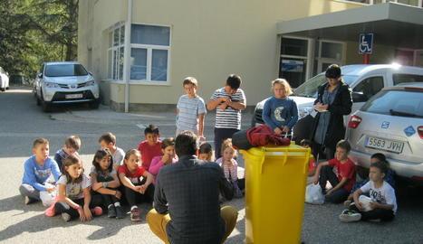 Tècnics del consell explicant als nens com han de reciclar.