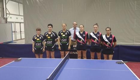 Les jugadores dels dos equips posen abans d'iniciar-se l'encontre, ahir a Balaguer.