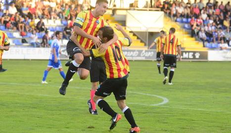 Els jugadors del Lleida celebren el gol marcat per Jorge Félix al final de la primera part.