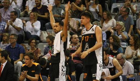 Juampi Sutina i Marc Martí celebren una cistella de l'Actel Lleida.