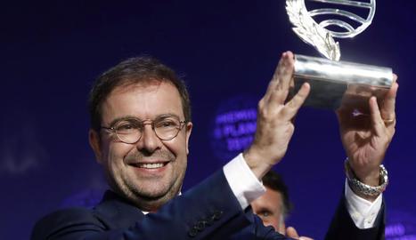 L'escriptor Javier Sierra, amb el trofeu que l'acredita com a guanyador de la 66 edició del premi Planeta.