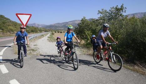 Una família practicant ciclisme durant aquest pont del Pilar al Pallars Jussà.