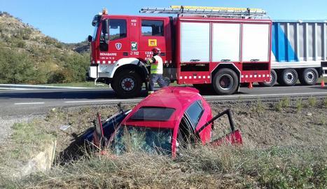 El cotxe en què viatjaven la persona morta i els dos ferits ha sortit de la via i ha xocat contra una arqueta.