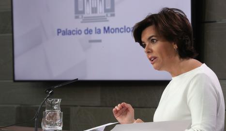 La vicepresidenta del Govern, Soraya Sáenz de Santamaría, durant la roda de premsa des de la Moncloa.