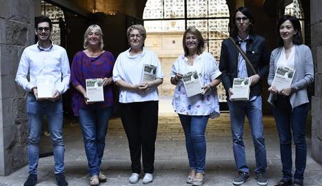 Els autors del llibre 'Tenien nom', ahir amb els responsables de l'Institut d'Estudis Ilerdencs i la directora de Pagès Editors.