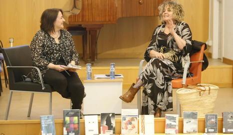 La periodista de SEGRE Anna Sàez i la poeta Dolors Miquel, ahir a la Biblioteca Pública de Lleida.