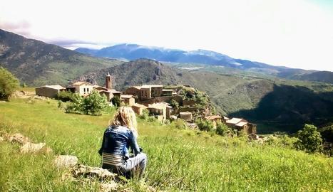 La periodista Eva Clausó observa un poble del Pirineu.