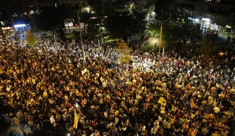 Centenars de persones amb espelmes demanen la posada en llibertat dels líders de l'ANC i Òmnium Cultural.