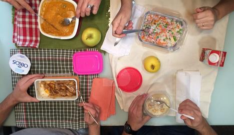 Imatge presa del dinar de quatre treballadors que s'emporten la carmanyola a l'empresa.