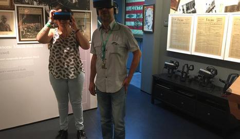 Tècnics de l'Espai Macià amb les ulleres de realitat virtual.
