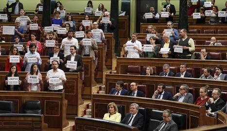 Aquesta imatge mostra bona part dels diputats que van exhibir cartells a favor de la llibertat de Jordi Sànchez i Jordi Cuixart.