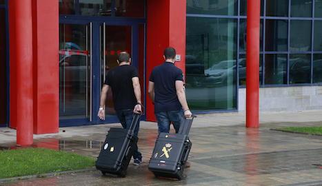 Dos agents de la Guàrdia Civil, aquest dijous a la comissaria dels Mossos d'Esquadra.