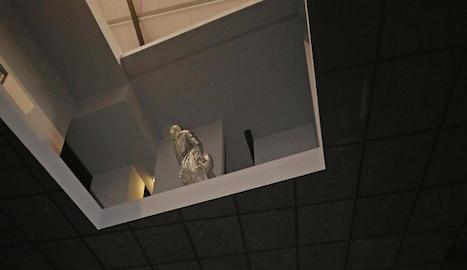 El públic visitant pot descobrir les figures humanes de Juan Muñoz passejant per la nau i alçant la vista cap a l'espai intermedi.