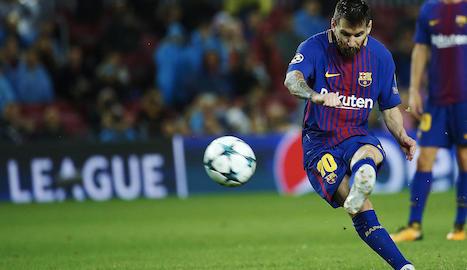 Messi llança davant l'Olympiacos la falta amb què va assolir el seu gol cent en competicions europees.