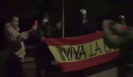 Moment en què els feixistes fan l''escrache'.