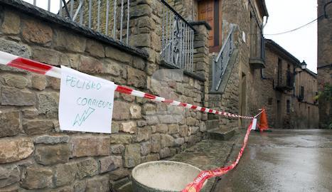 Els veïns de Florejacs van penjar cartells informant del perill que generava el cable caigut.