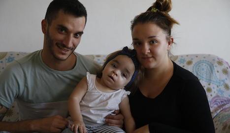 L'Iván i la Bárbara, ahir, amb la petita Nagore, de només dos anys.
