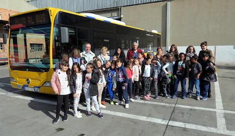 Alumnes de tercer de l'escola Santa Maria de Gardeny, ahir a les cotxeres d'Autobusos de Lleida.