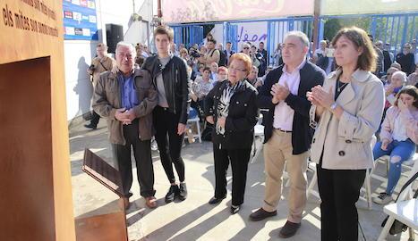 Els assistents a l'acte van posar junts al voltant de la família i de l'escultura en honor a Palau.