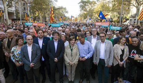 El president, consellers, la presidenta del Parlament i líders polítics, ahir a la manifestació.