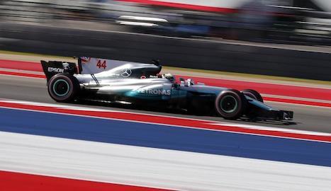 Lewis Hamilton i Sebastian Vettel pugnen per la primera plaça en el moment de la sortida del Gran Premi dels Estats Units.