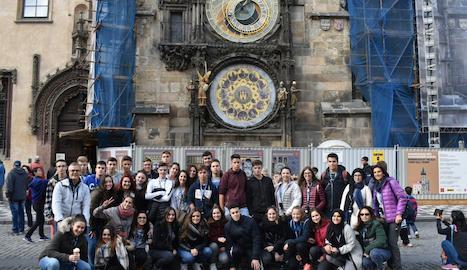 Davant del rellotge astronòmic de Praga.